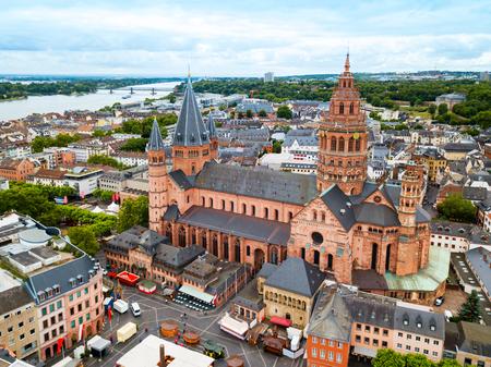 Mainzer Dom-Luftpanoramablick, gelegen am Marktplatz der Stadt Mainz in Deutschland