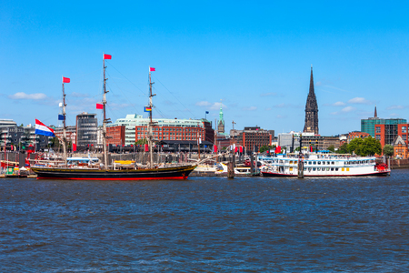 Hamburg city centre and Elbe river with boats in Germany Standard-Bild