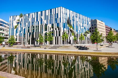 DUSSELDORF, Alemania - 01 de julio de 2018: Edificio de Apple Store en la ciudad de Dusseldorf en Alemania Editorial
