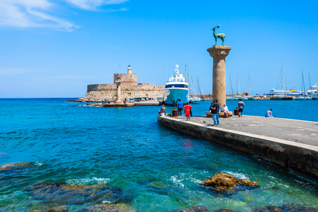 Saint Nicholas Fort bewacht den Hafen von Mandraki in Rhodos-Stadt, der Hauptstadt der Insel Rhodos in Griechenland island Standard-Bild