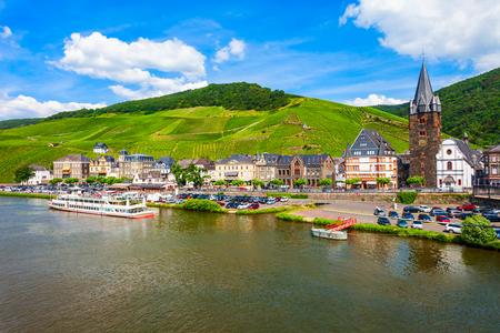 Vue panoramique aérienne de Bernkastel Kues. Bernkastel-Kues est un centre viticole bien connu sur la Moselle, en Allemagne. Banque d'images