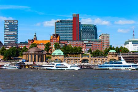 Centro di Amburgo e fiume Elba con barche in Germania
