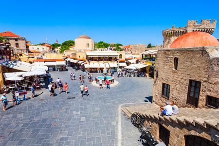 RHODOS, Griechenland - 13. MAI 2018: Hippokrates-Brunnen am Hauptplatz der Altstadt von Rhodos auf der Insel Rhodos in Griechenland