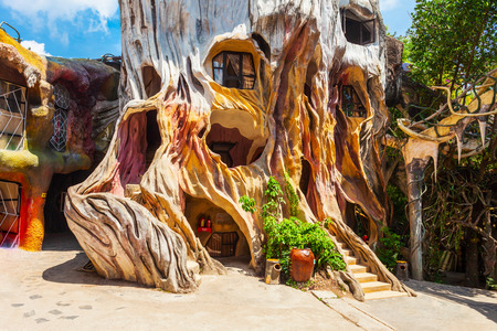 DALAT, VIETNAM - MARCH 13, 2018: Hang Nga guesthouse or Crazy House is an unconventional fairy tale building in Dalat in Vietnam 新聞圖片