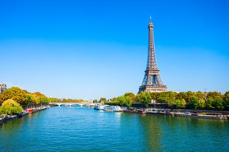 La Torre Eiffel o Tour Eiffel es una torre de celosía de hierro forjado en el Champ de Mars en París, Francia