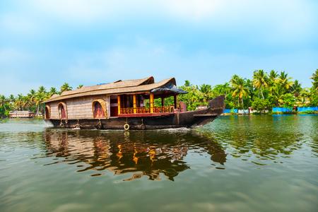 Ein Hausboot segelt in den Backwaters von Alappuzha im Bundesstaat Kerala in Indien