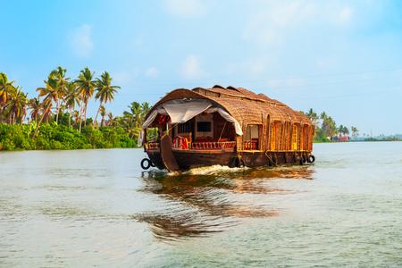 Una casa flotante navegando en remansos de Alappuzha en el estado de Kerala en India