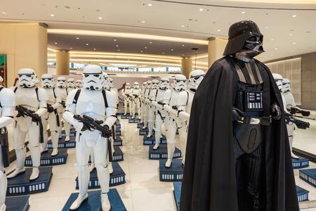 DUBAI, Emiratos Árabes Unidos - 25 de febrero de 2019: Personaje de Star Wars Darth Vader y Stormtroopers en Dubai Mall en Emiratos Árabes Unidos Editorial