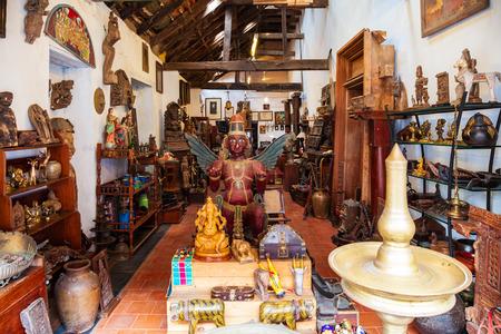 COCHIN, INDIEN - 14. MÄRZ 2012: Souvenirladen an der Marktstraße in Fort Kochi in Cochin City, India