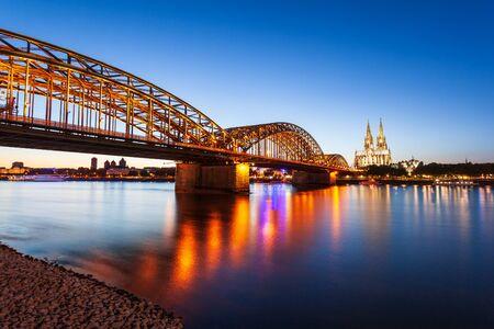 Kölner Dom und Hohenzollernbrücke durch den Rhein in Köln, Deutschland
