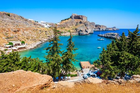 St. Pauls Strand und Lindos Akropolis Luft Panoramablick in Rhodos Insel in Griechenland Standard-Bild