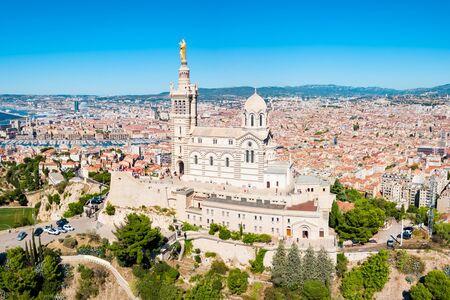 Notre Dame de la Garde o Nuestra Señora de la Guardia vista aérea, es una iglesia católica en la ciudad de Marsella en Francia Foto de archivo