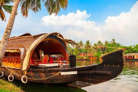Una casa flotante en los remansos de Alappuzha en el estado de Kerala en India Foto de archivo