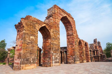 Iron pillar of Delhi or Ashoka Pillar and courtyard of Quwwat-ul-Islam Mosque in the Qutub Minar complex in Delhi, India 版權商用圖片