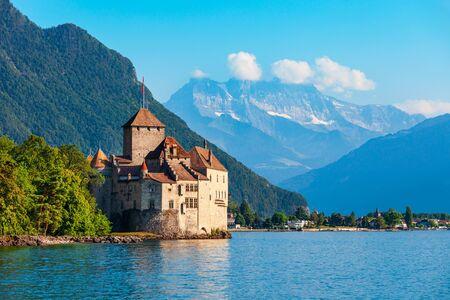 Chillon Castle of Chateau de Chillon is een eilandkasteel gelegen aan het meer van Genève in de buurt van de stad Montreux in Zwitserland
