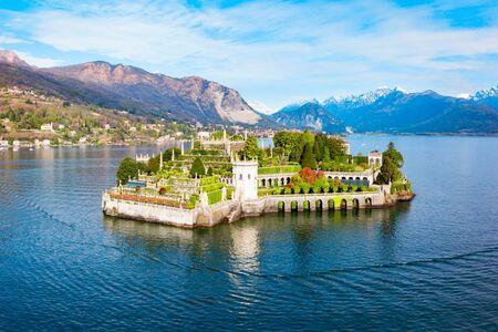 Vista panorámica aérea de la ciudad de Isola Bella y Stresa. Isola Bella es una de las islas borromeas del Lago Maggiore en el norte de Italia.