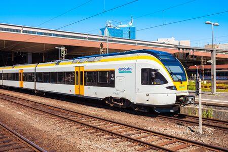 Düsseldorf, Niemcy - 02 lipca 2018: Nowoczesny pociąg lokomotywa na dworcu kolejowym w Dusseldorfie w mieście Dusseldorf w Niemczech
