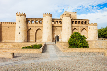 Le Palais de l'Aljaferia ou Palacio de la Aljaferia est un palais islamique médiéval fortifié dans la ville de Saragosse en Aragon, Espagne