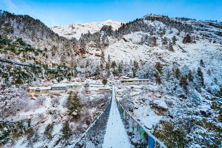 Bridge through the river in Everest or Khumbu region in Himalaya mountains, Nepal Stockfoto