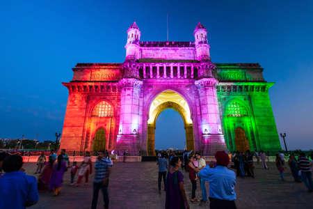 MUMBAI, INDE - 21 février 2014 : Gateway of India la nuit. Gateway of India est un monument en arc de la ville de Mumbai, dans l'État du Maharashtra en Inde.