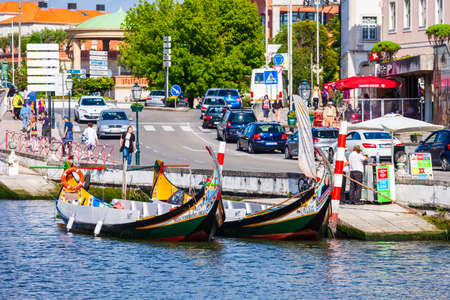 AVEIRO, PORTUGAL - JULY 02, 2014: Traditional moliceiro boats docked along the central canal in Aveiro city, Portugal Redactioneel