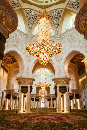 ABU DHABI, UAE - FEBRUARY 28, 2019: Chandelier in the praying hall of the Sheikh Zayed Grand Mosque, the largest mosque of UAE, located in Abu Dhabi Редакционное