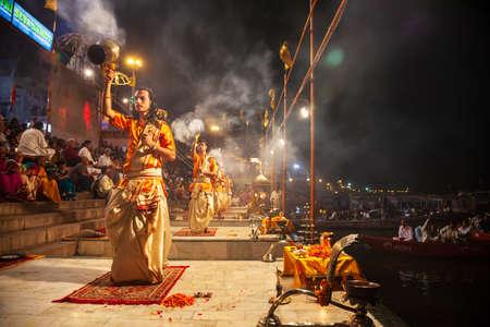 VARANASI, INDIA - APRIL 11, 2012: Ganga Aarti is a ceremony performed to honor the River Goddess Ganga at Dashaswamedh Ghat in Varanasi, India Редакционное