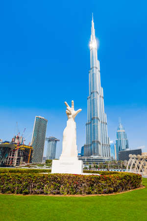 DUBAI, UAE - FEBRUARY 26, 2019: Win, Victory and Love three fingered statue near the Burj Khalifa Tower in Dubai in UAE Редакционное