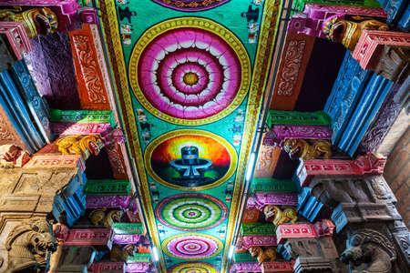 MADURAI, INDIA - MARCH 23, 2012: Ceiling pattern decor in the Meenakshi Amman Temple in Madurai in Tamil Nadu in India Redactioneel