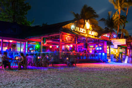 BORACAY, PHILIPPINES - MARCH 01, 2013: Guilly's Island restaurant in Bocacay island beach. Nightlife at the beach bar and restaurant. Redactioneel