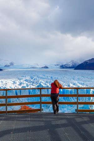 Tourist near the Perito Moreno Glacier, Argentina. Perito Moreno is a glacier located in the Los Glaciares National Park in the Argentinian Patagonia. Foto de archivo