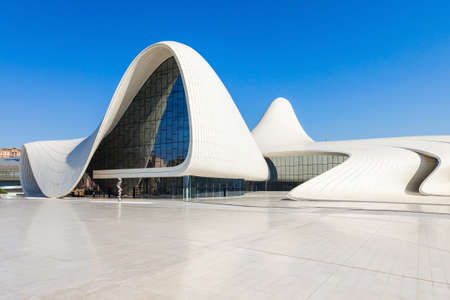 BAKU, AZERBAIJAN - SEPTEMBER 14, 2016: The Heydar Aliyev Center is a building complex in Baku, Azerbaijan designed by Zaha Hadid and noted for its distinctive architecture and flowing, curved style. Redactioneel