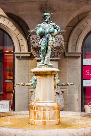 The Little Goose Man fountain at Hirschenplatz main square in Lucerne or Luzern city in central Switzerland. 版權商用圖片