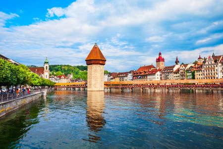 Kapellbrucke or Chapel Bridge is a wooden footbridge spanning Reuss river and Wasserturm water tower in Lucerne city, central Switzerland Standard-Bild