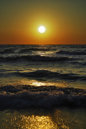 setting  sun: Classic seascape with a view of the setting sun and waves near the coast