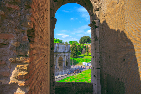 View of the Triumphal Arch of Constantine through the arch of the Colosseum 版權商用圖片