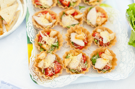 Tartlets with chicken, tomatoes, cheese
