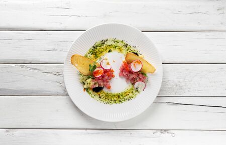 Italian food tuna tartar albacore. Top view/ Imagens