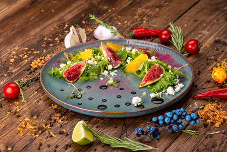 salad with figs and goat cheese