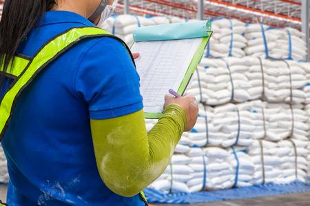 dobrý: Sklad je komerční budova pro skladování zboží. Sklady jsou používány výrobci, dovozci, vývozci, velkoobchody, dopravní podniky, zvyky, atd