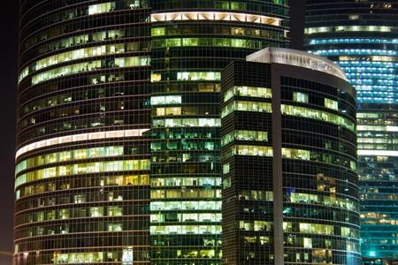 negocios internacionales: Un rascacielos de edificios de Centro Internacional de Negocios en la noche