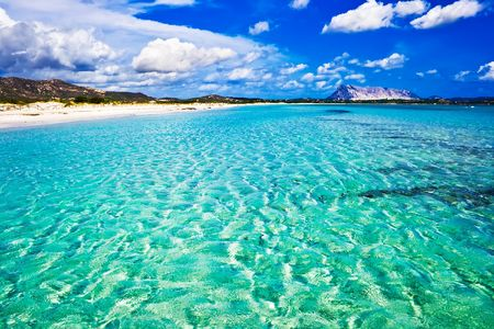 Heldere zee en strand La Cinta, Sardinië, Italië