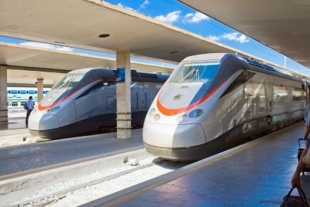 Twee moderne treinen van de hoge snelheid op het station in Florence