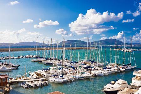 Klassiek wit ancored jachten in de haven van Alghero, Sardinië