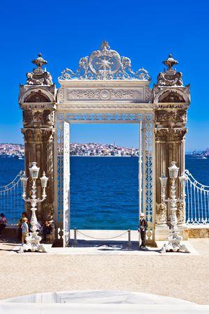 Poort in de tuin van Dolmabahce Palace, Istanbul, Turkije