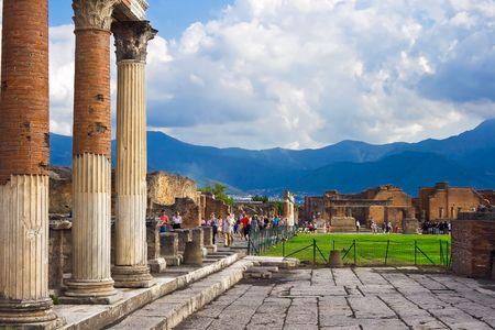 Oude columns ruïnes na de uitbarsting van de Vesuvius in Pompeii, Italië Stockfoto
