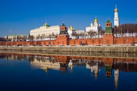 De rode bakstenen muren van beroemde Kremlin in Moskou met zijn kerken