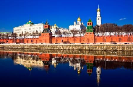 kremlin: De rode bak stenen muren van beroemde Kremlin in Moskou met de kerken