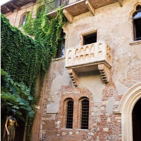 Standbeeld van Julia en het balkonnetje van haar huis