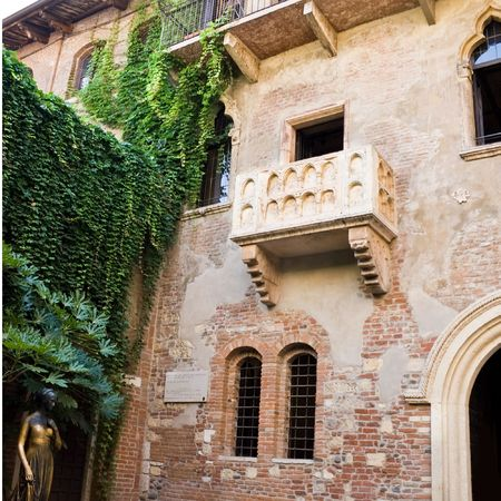 romeo and juliet: Statue of Juliet and the balcony of her house Stock Photo